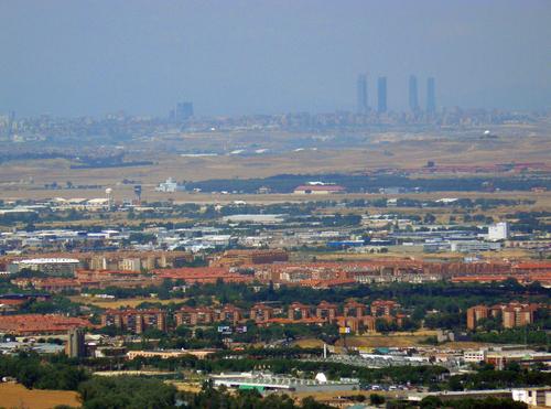 Alcalá de Henares y las torres Kio y de la Ciuadad Deportiva del Real Madrid en el horizonte