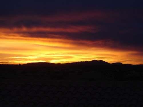 El Sol se va tras la Sierra de Carbajo.