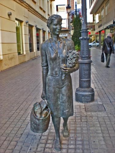 Escultura de mujer compradora (Castellón)