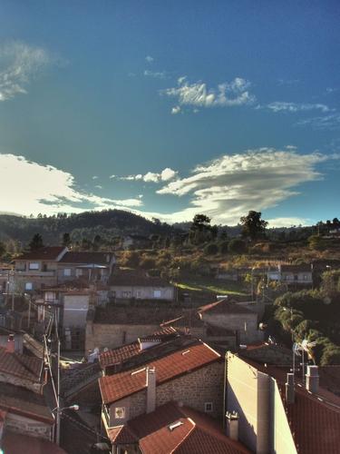 Atardecer nas últimas casas vellas da Valenzá.
