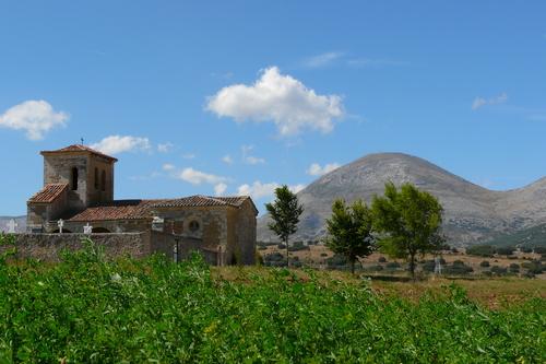Iglesia y Peña Redonda al fondo.