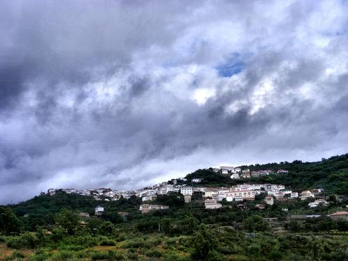 Vista de Eljas en un dia nublado