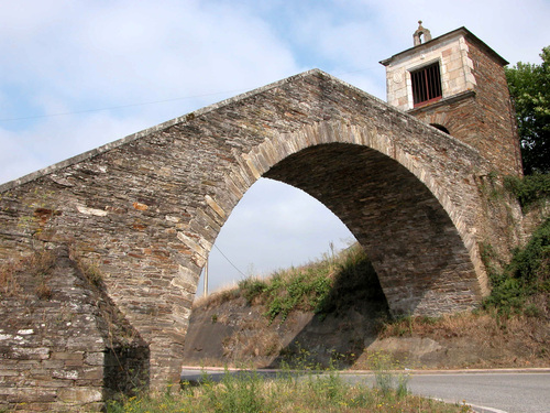 CAMINO DE SANTIAGO (2005). PORTOMARÍN (Lugo). Arco de la escalinata y capilla de Nuestra Señora de las Nieves (sXII).