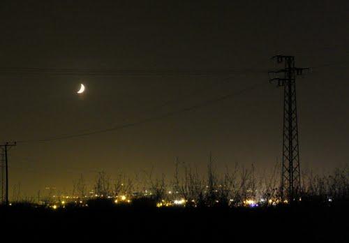 En medianoche en medio de la carretera
