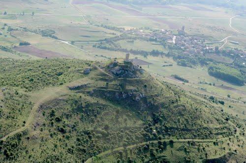 Vista aérea de las ruinas del castillo y Lara de los Infantes