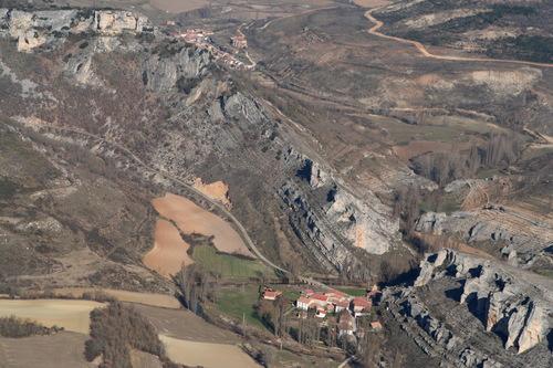 Vista aérea de Hoyos del Tozo y arriba Arcenillas del Tozo