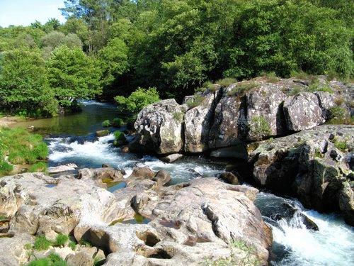 Rochedos no rio Teia (Fozara, Ponte-Areias, Galiza)