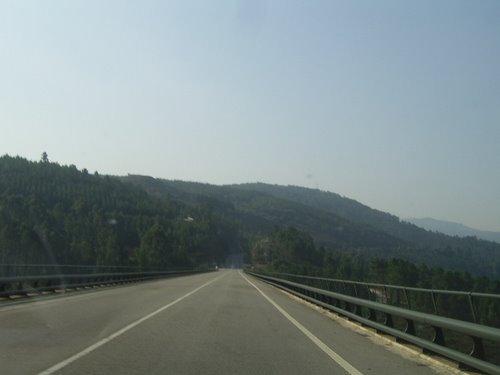 Estrada cara Pontebarxas sobre o río Deva(cortegada,ourense)