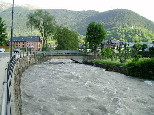 Viella. Crecida del río Garona por el deshielo. 20090525