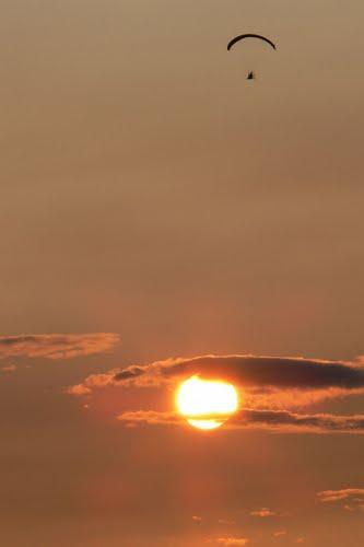 puesta de sol volando con parapente