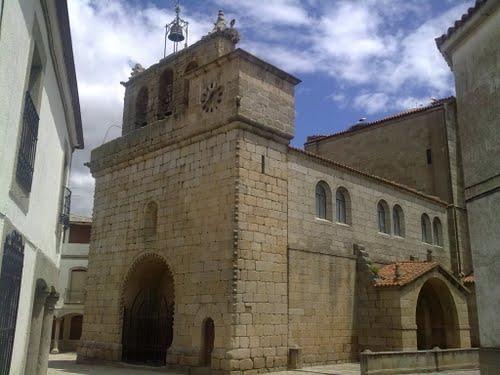 Vista lateral de la iglesia de Villavieja de Yeltes.