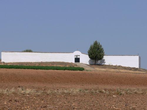 Vista del cementerio de Arisgotas desde el Camino del Gamonetar