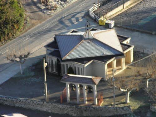 Iglesia moderna en Ocio ( Alava ) vista desde el Castillo