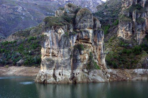 Formación rocosa en el embalse de Canales (Guéjar Sierra, Granada)