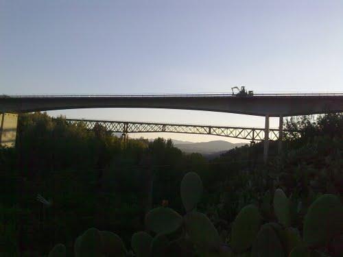 """Puente de hormigón y al fondo el puente """" de Lata """". Octubre de 2010"""