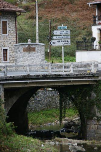 ??? ??????.  Debajo del puente.