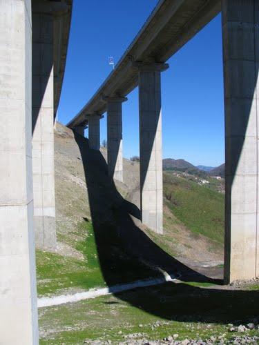 Vista inferior de viaductos en boca norte del túnel de Lantueno