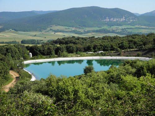 Balsa de riego en Genevilla ( Navarra ).  Al fondo el monte Hornillos