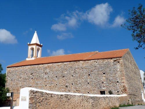 Die Kirche hat den einzigen spitzen Glockenturm der Insel