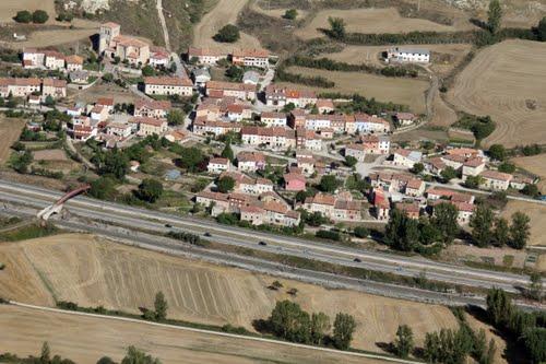 Vista aérea de Quintanavides y Autopista del Norte