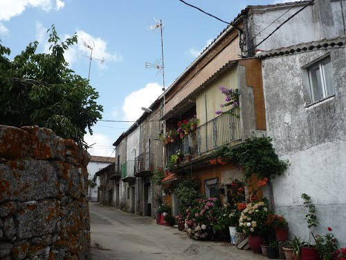 Aldeacipreste (La Sierra) - calle Mediodía y sus macetas con flores [ago 11]