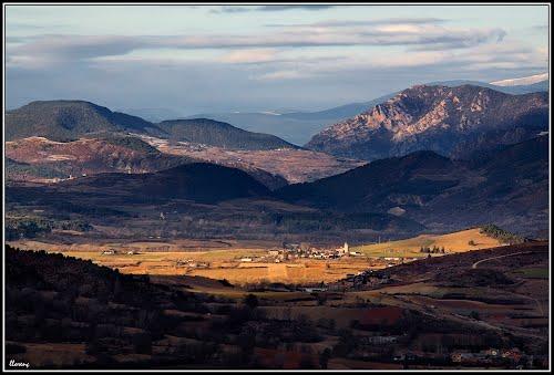 La Baixa Cerdanya des de la carretera de Das a La Masella amb Talló al fons