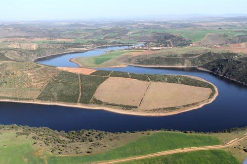 Vista aérea de un ramal del embalse de Ricobayo y al fondo Losacino