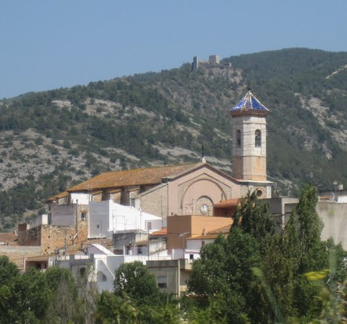 SANTA MAGDALENA DE PULPIS (castellón) iglesia de sta.magdalena, al fondo el castillo.
