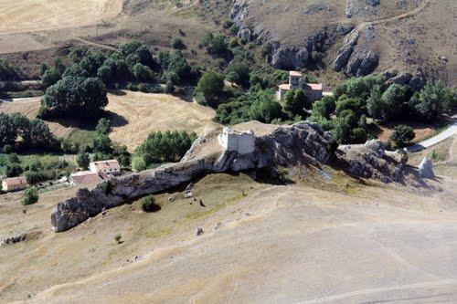Vista aérea de Santa Marina y las ruinas del castillo de Monasterio de la Rodilla