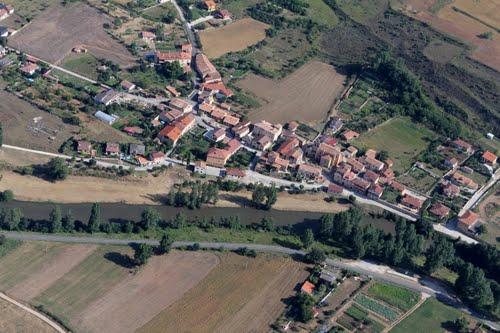 Vista aérea de Puente Arenas y río Ebro en el valle de Valdivielso