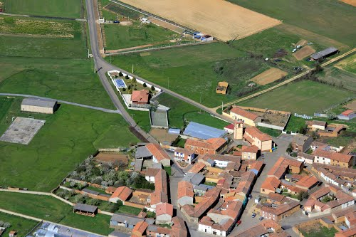 Vista aérea de iglesia de Paradilla de la Sobarriba