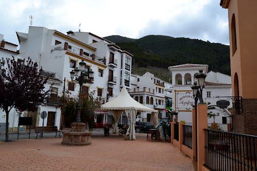 """Rincón de Alcaucín, cuyo nombre deriva del árabe  """"Al-qawsayn"""", que significa """" El arco"""". Abril de 2012"""