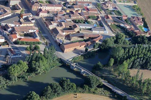 Vista aérea del puente sobre el río Pisuerga en Husillos