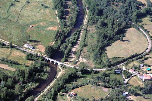 Vista aérea de un puente del ferrocarril de La Robla sobre el río Porna en Boñar