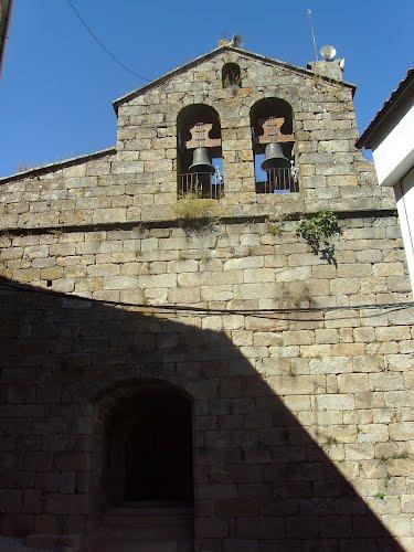 Puerta y campanario de la iglesia de S. Pedro, Santibáñez el Alto.