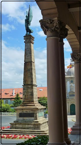 desde este ángulo,el monumento a los caidos en Africa.