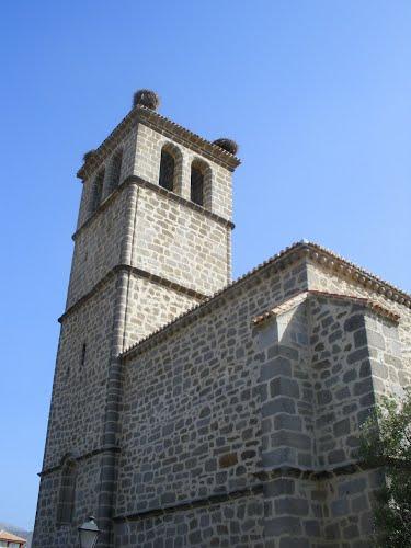 Cerceda. Iglesia de Santa María la Blanca. Torre con nidos de cigüeñas