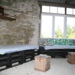 Myshörna av målade lastpallar och madrasser