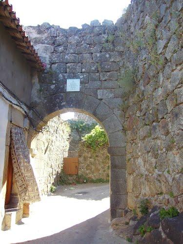 Puerta de acceso a la zona amurallada.
