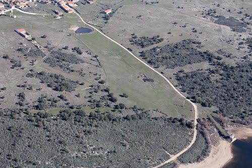 Vista aérea de Villar de Farfón y el camino al embalse de Agavanzal