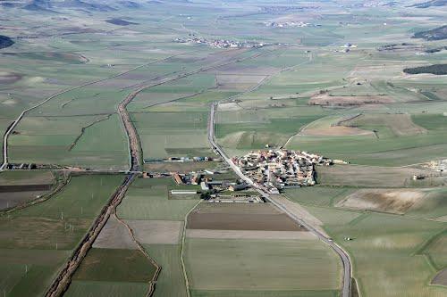 Vista aérea de Villanueva de los Infantes y el río Esgueva