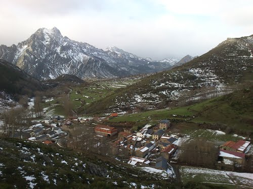 Tolibia de Arriba y al fondo, pico Bodón de Valdelugueros -- Región Leonesa