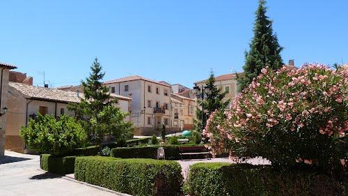 Plaza Mayor y ayuntamiento al fondo, Serón de Nágima (Soria).