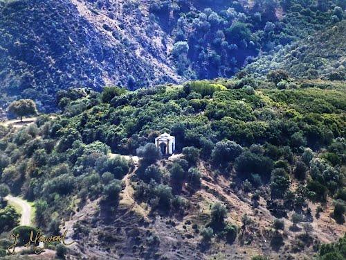 Ermita pequeña situada al frente de las espaldas del  Santuario de Santo Domingo.