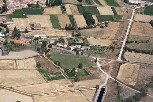 Vista aérea de Acera de la Vega y el resurgir del canal desde la central eléctrica