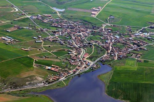 Vista aérea de Andavías y el embalse de Ricobayo
