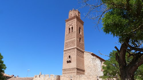 Torre mudéjar (Patrimonio de la Unesco),iglesia de San Pedro, siglo XVI, y parte de la muralla del siglo XIV, Romanos (Zaragoza).