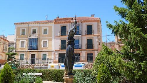 Escultura en la plaza Mayor de Serón de Nágima (Soria).