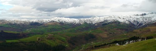 Cabañas entre valles y prados bajo las cumbres.