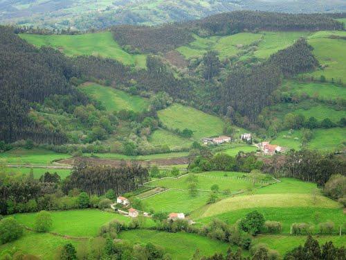 """PAISAJES DE CANTABRIA (desde la Bien Aparecida, la """"Covadonga"""" de Cantabria, hacia el este)"""